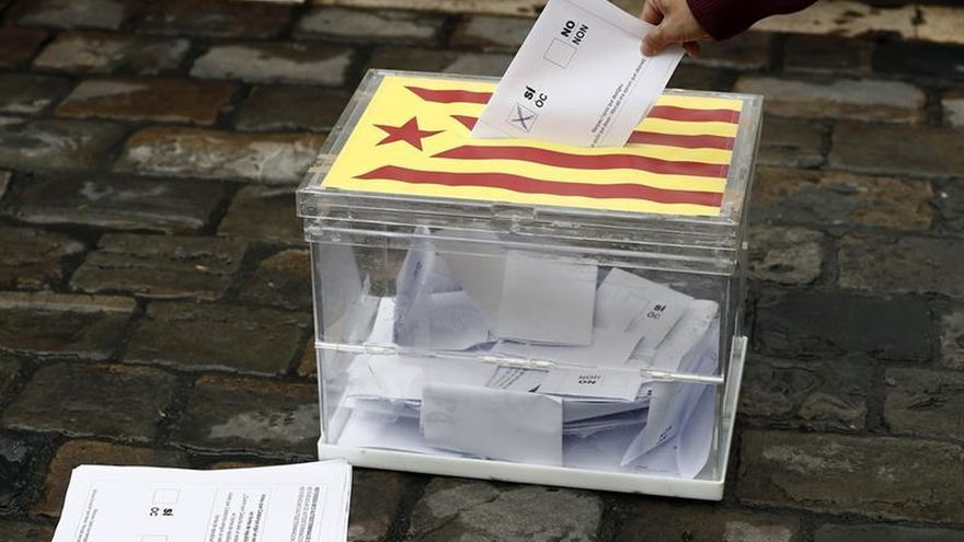 EH Bildu escenifica una votación en Pamplona en apoyo al referéndum catalán