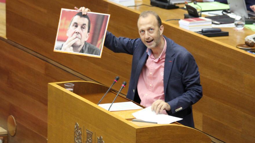 El diputado de Ciudadanos Alexis Marí exhibe un retrato de Arnaldo Otegui en las Corts Valencianes.