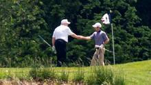 Trump vuelve a jugar golf en uno de sus clubes, en medio de la pandemia