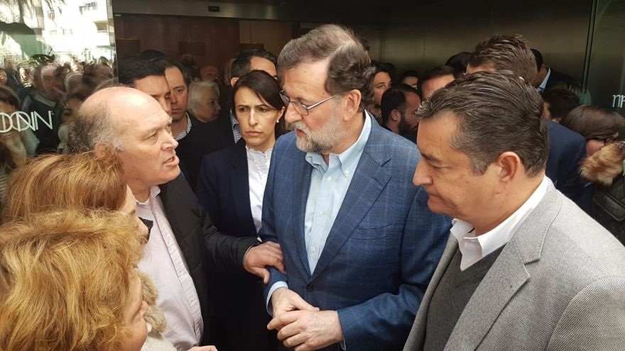 """Familia adoptiva de Maloma aprovecha el acto de Rajoy para pedirle que """"no se olvide"""" de la joven y su bebé"""