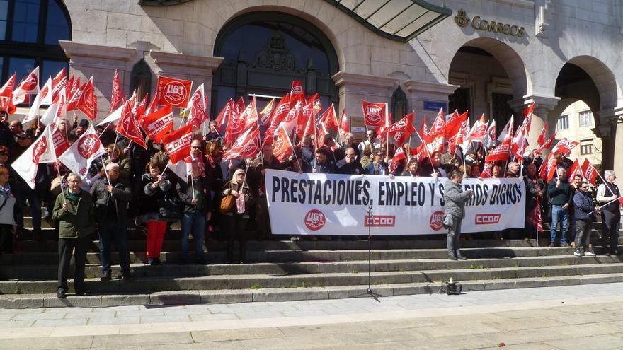 Más de un millar de personas secunda la concentración de UGT y CCOO por los empleos estables y los salarios dignos