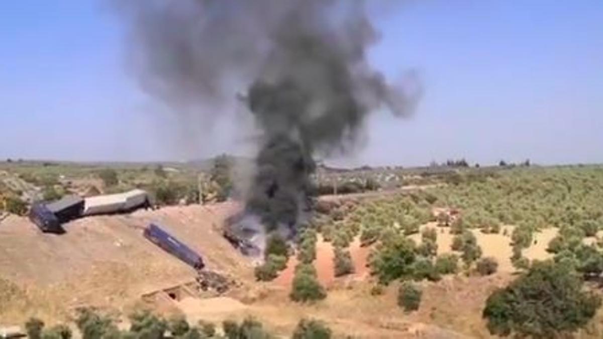 Incendio en los vagones del tren de mercancías descarrilado.