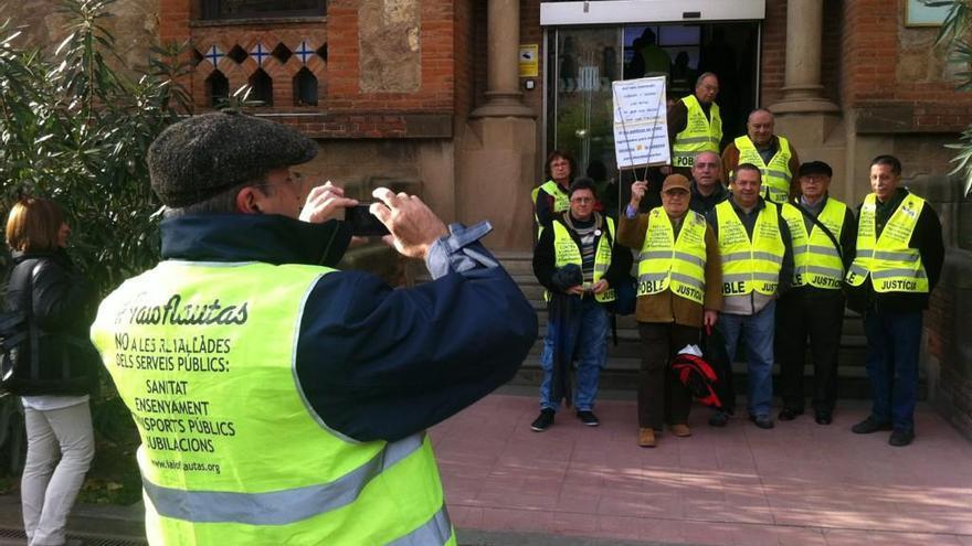 Algunos de los 'Iaioflautas' frente a la sede del Departamento. (cc Joao França)