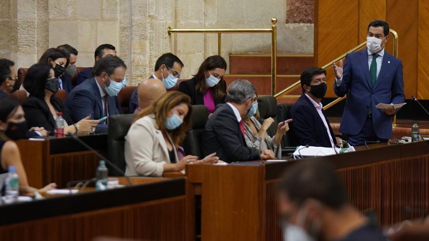 El presidente de la Junta de Andalucía, Juan Manuel Moreno, durante la sesión de control al Gobierno este jueves