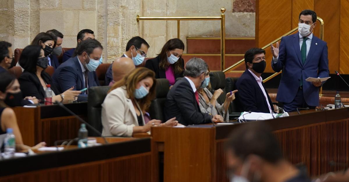 Moreno inicia el último año de legislatura en Andalucía con una sesión parlamentaria de guante blanco