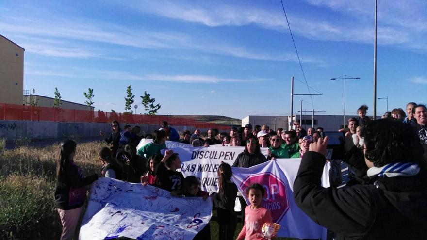 Protesta que cortó las vías del tranvía de Parla durante casi una hora. / PAH Parla