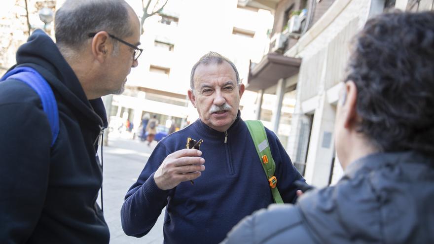 Luis y Francisco, vecinos de Embajadores, charlan con Miguel Ángel Pérez