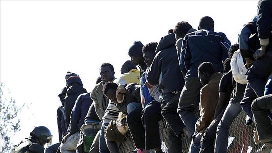 El inmigrante que cayó de la valla de Melilla, grave en coma inducido