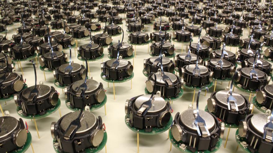 Los Kilobots cuentan con tres patas y se comunican por rayos infrarrojos