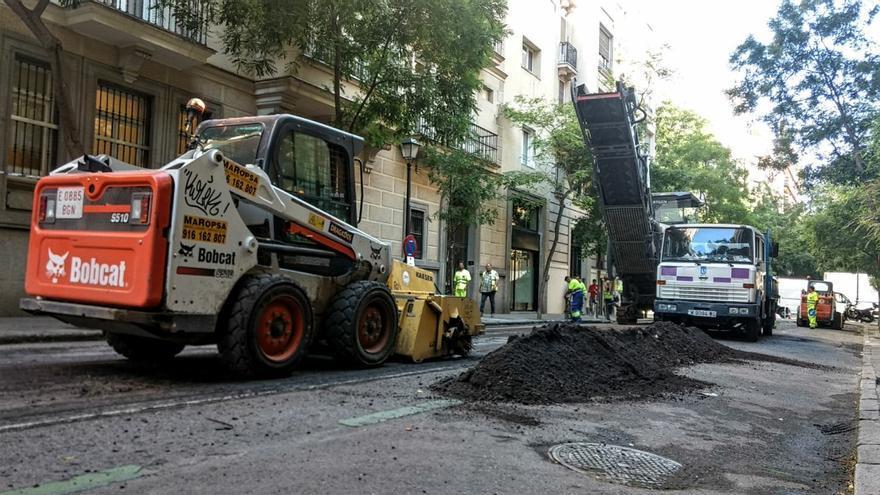 Máquinas en las obras de asfaltado en la calle Zurbano | SOMOS CHAMBERÍ