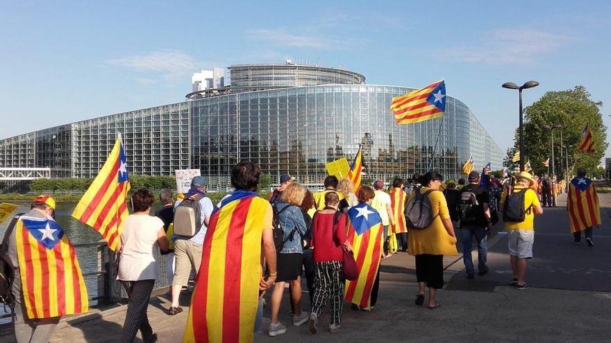Manifestantes independentistas ante la sede del Parlamento Europeo en Estrasburgo