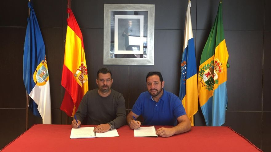 El alcalde accidental y concejal de Obras, Juan Manuel Perez Álvarez (i,) y el representante de la Destiladera.