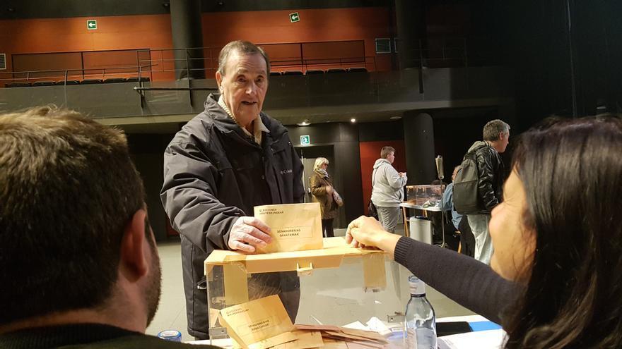 Francisco Jover ejerce su derecho a voto.