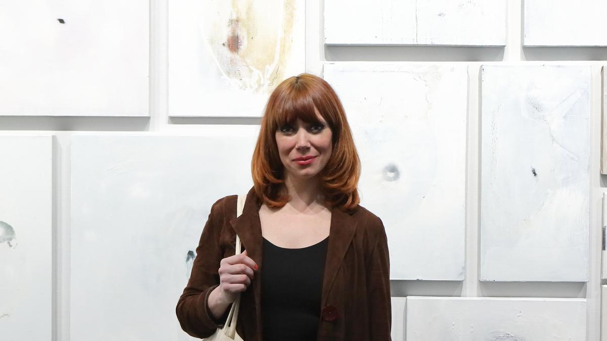 Paula Bonet junto a parte de su obra 'La anguila' en la Nau de la Universitat de València.