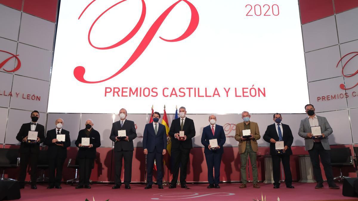 Los premiados de 2020, sólo hombres, posan junto al presidente de la Junta de Castilla y León.