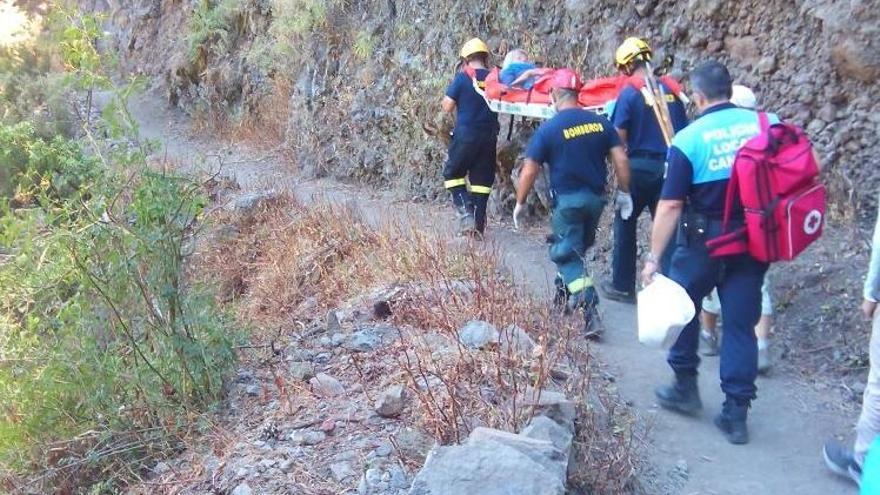 En la imagen, un momento del traslado en camilla del senderista accidentado en la zona de Marcos y Cordero. Foto: BOMBEROS LA PALMA.