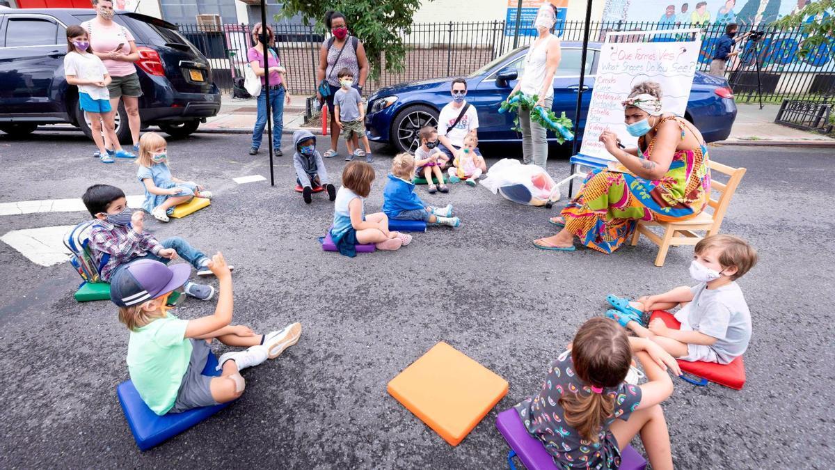 Una clase organizada al aire libre en las calles de Nueva York