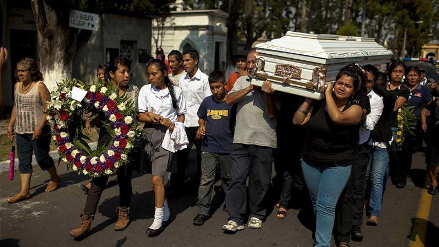 La alumna muerta a tiros tenía nexos con una pandilla, dice el presidente de Guatemala
