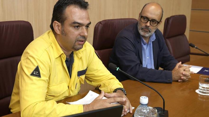 El consejero de Medio Ambiente del Cabildo de Gran Canaria, Juan Manuel Brito (d), y el ingeniero analista de Incendios Forestales Federico Grillo (i), informaron del balance de la campaña contra incendios del verano 2015. EFE/Elvira Urquijo A.