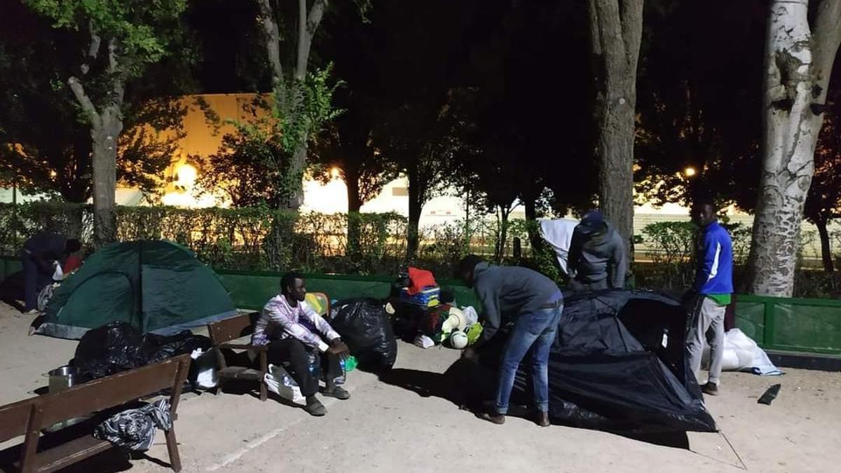Campamento que establecieron detrás de un centro comercial