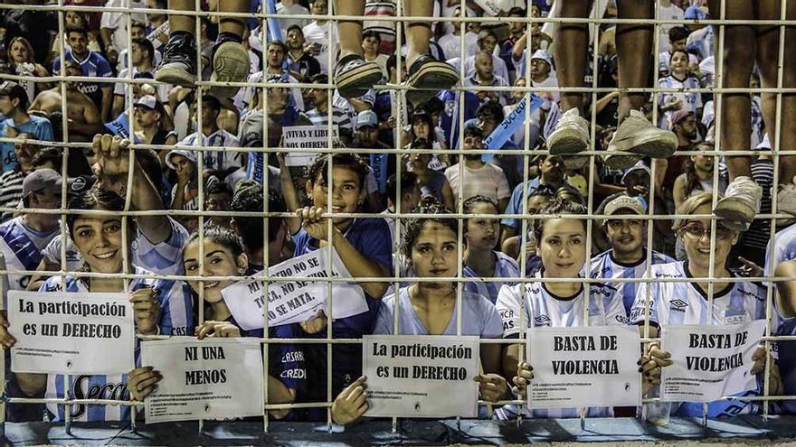 En Tucumán durante el 8M de 2020, mujeres hinchas de fútbol con carteles pidieron por el fin de la violencia machista en el estadio Monumental José Fierro.