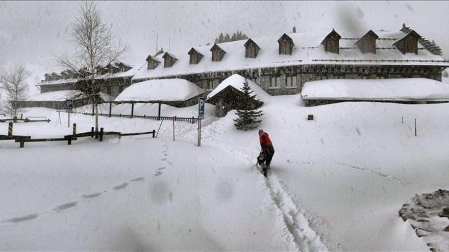 El temporal de nieve y mar persiste y activa la alerta en 25 provincias