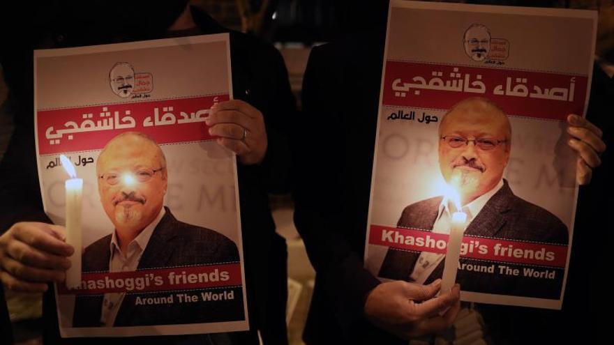 Fotografía de archivo realizada el 25 de octubre de 2018 que muestra a un manifestante que sostiene una fotografía del periodista asesinado Jamal Khashoggi en Estambul (Turquía)