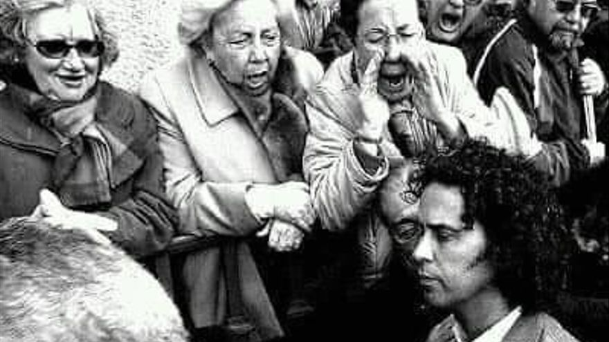 El concejal Pedro Zerolo entrando al Ayuntamiento de Madrid entre gritos homófobos y amenazas de la ultraderecha.