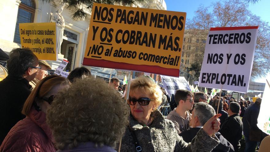 Grupo de señoras manifestándose en solidaridad con los agricultores