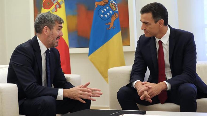 El presidente del Gobierno, Pedro Sánchez, conversa con el presidente de Canarias, Fernando Clavijo