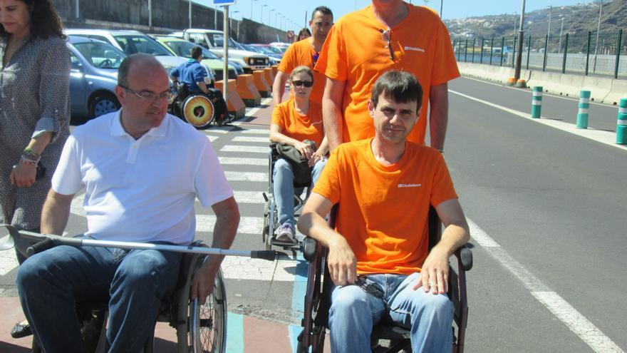Enrique Ortega (derecha., de pie) de Ciudadanos, llevó la silla de un discapacitado y después se subió en una. Foto: LUZ RODRÍGUEZ