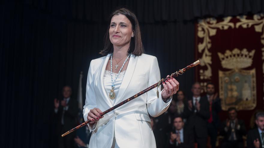 Gema Igual (PP) con el bastón de mando tras ser reelegida alcaldesa de Santander.   JOAQUÍN GÓMEZ SASTRE