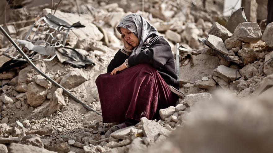 Zakia Abdullah junto a los restos de su vivienda. Un misil Scud se estrella en el barrio de Tariq Al Aba/ Pablo Tosco/ Oxfam Intermon
