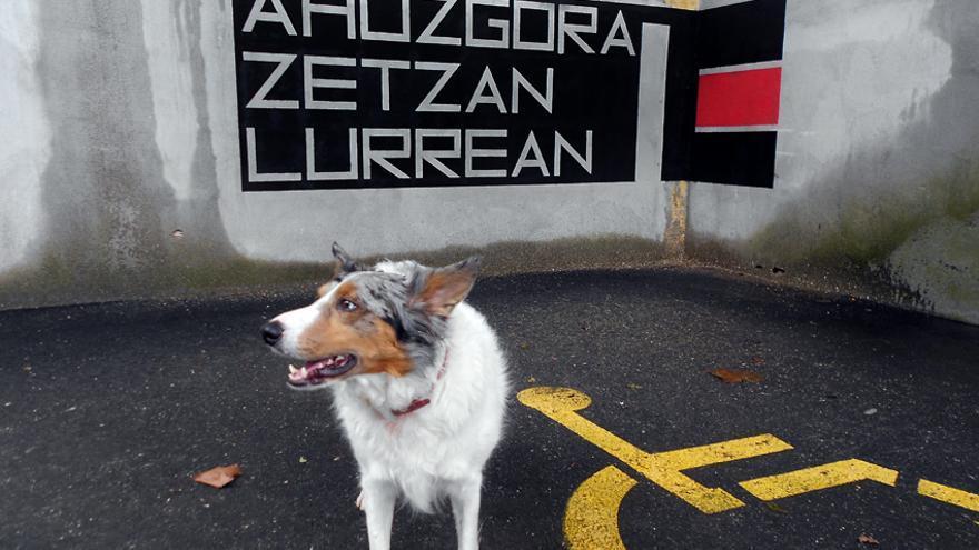 Graffiti del artista Erb Bon con texto de Harkaitz Cano en el barrio Txonta de Eibar / Foto: Erb Bon