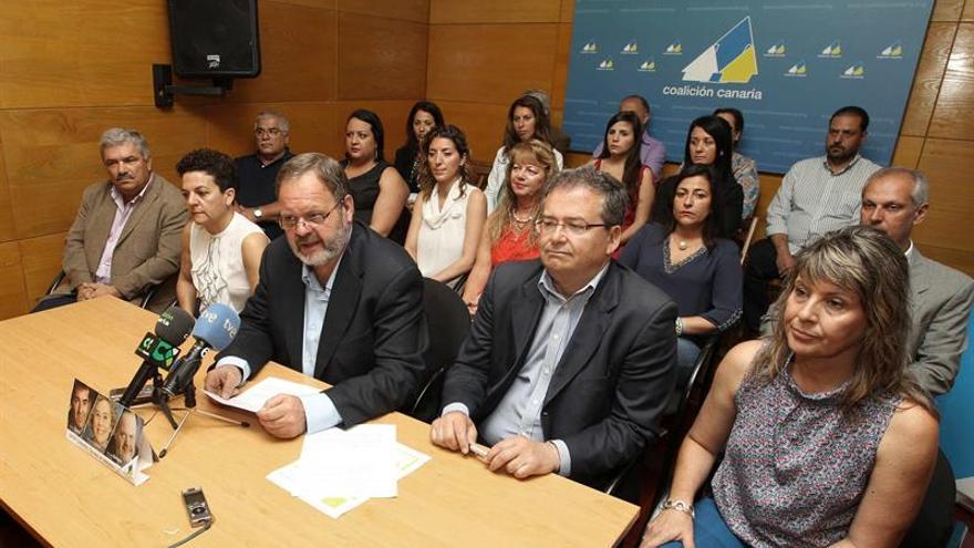 El candidato de CC al Cabildo de Gran Canaria, Fernando Bañolas (i), presentó hoy en rueda de prensa a los miembros de su lista y su programa electoral. EFE/Elvira Urquijo A.