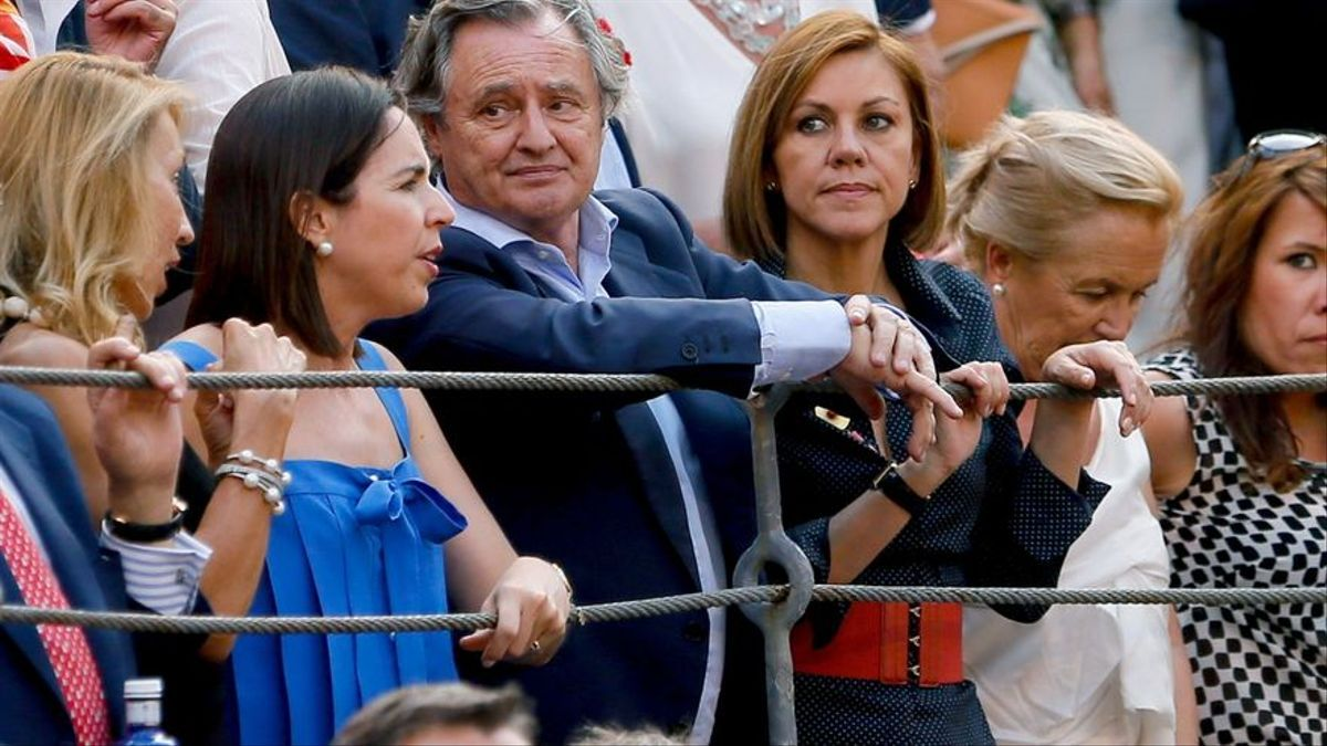 María Dolores de Cospedal y su marido, Ignacio López del Hierro, en la Plaza de las Ventas.