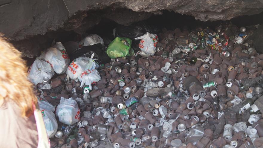 En la imagen, lastas y demás residuos en una cueva de la cala de La Ballena.