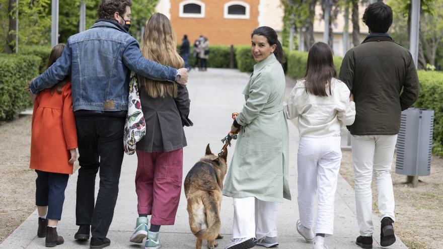 La candidata de Vox a la Presidencia de la Comunidad de Madrid, Rocío Monasterio, pasea con su familia en la jornada de reflexión.