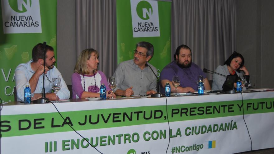 Néstor González, Alejandra Sanjuán, Román Rodríguez, Héctor Saz y Pino Sánchez en el encuentro de jóvenes de Nueva Canarias.