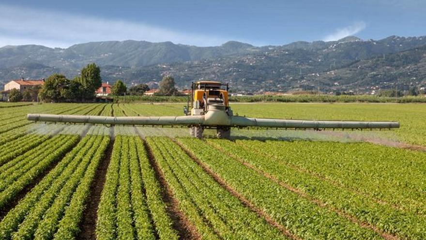 Aplicación de herbicida en cultivos.