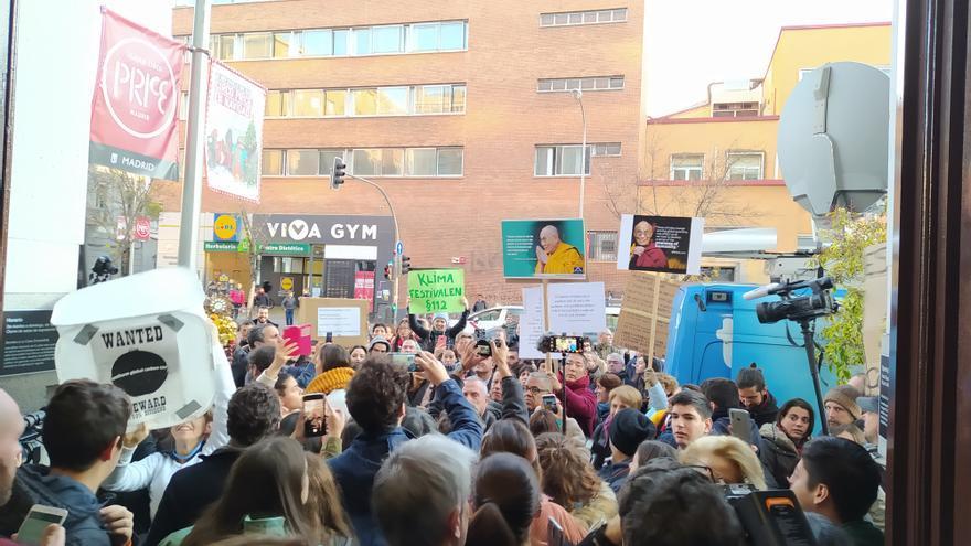 Decenas de jóvenes se concentraron a las puertas de La Casa Encendida, donde Greta Thunberg ofreció la rueda de prensa.