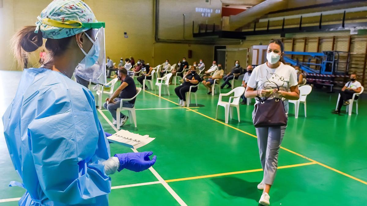 Personal del Servicio Andaluz de Salud realizan test rápidos a vecinos de la localidad sevillana de Utrera. EFE/ Raúl Caro/Archivo