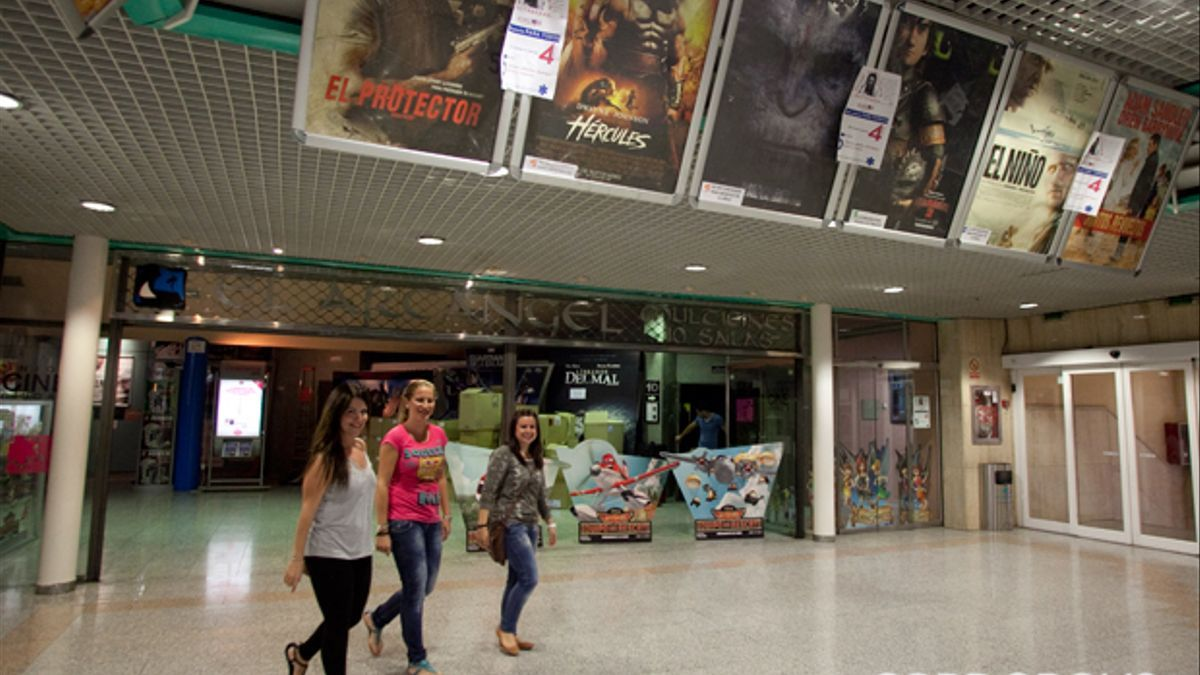 Imagen de archivo de tres jóvenes saliendo de los Multicines El Arcángel (ya cerrados).