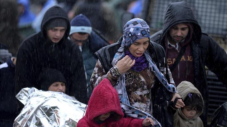 Refugiados a su paso por la frontera griega con Macedonia.