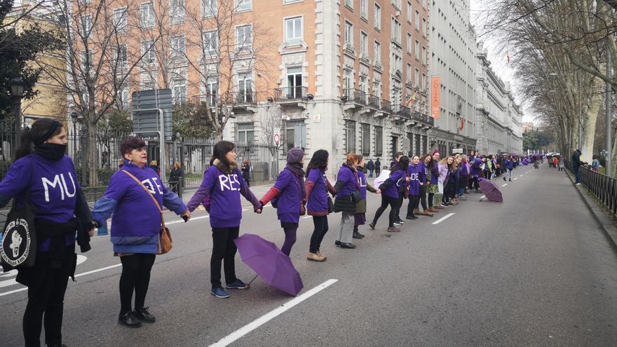 La cadena humana feminista en el Paseo del Prado de Madrid
