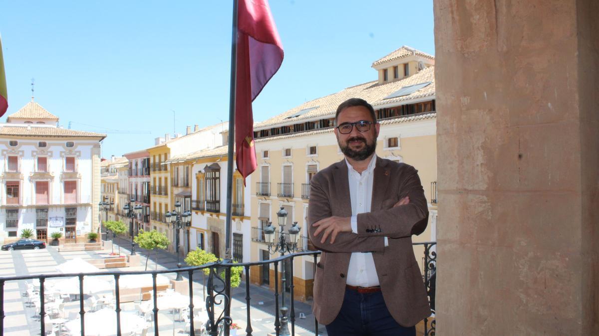 Diego José Mateos, alcalde de Lorca, en el balcón del Ayuntamiento