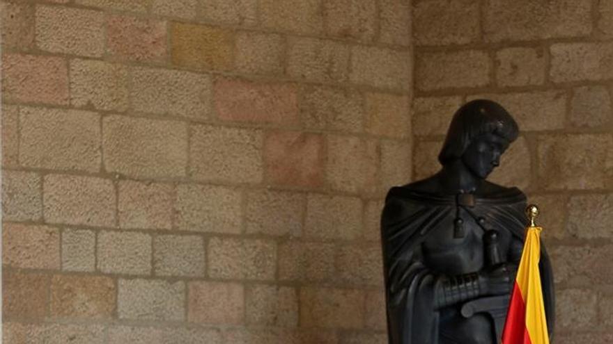 Puigdemont se dirige a la prensa en el Palau de la Generalitat bajo la mirada de Junqueras