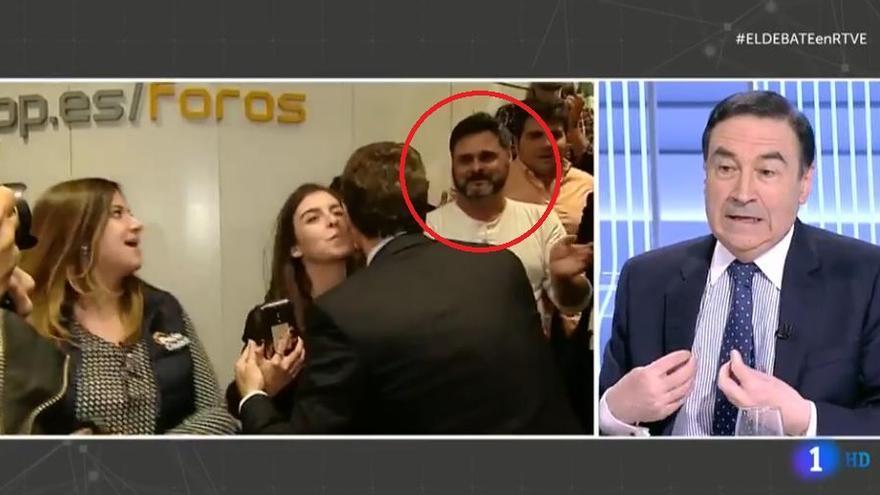 Captura de la retransmisión del debate a cuatro de RTVE que muestra a David Díez Nieto, trabajador de la campaña de Pablo Casado señalado por gestionar las redes de cuentas falsas que han apoyado al candidato popular desde la convocatoria de elecciones.
