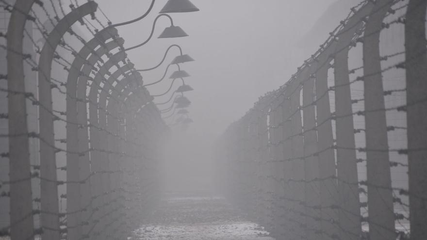 Postes y alambrada en Auschwitz