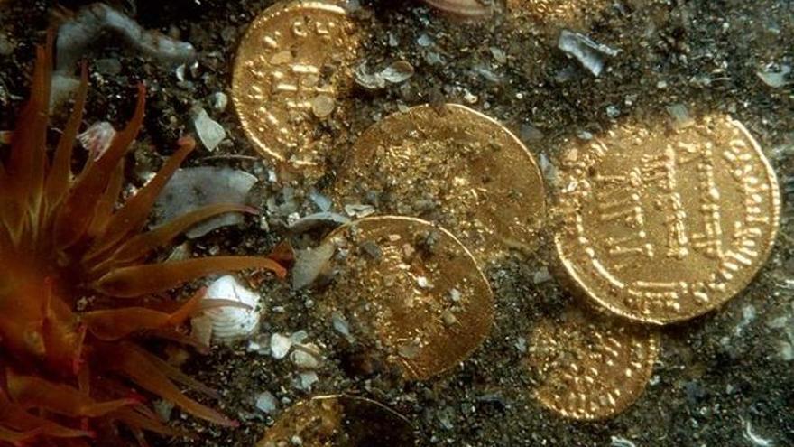 Monedas de oro en el fondo del mar.